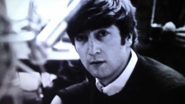 Photo de chanteur en noir et blanc