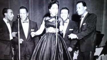 Photo de groupe de chanteur en noir et blanc